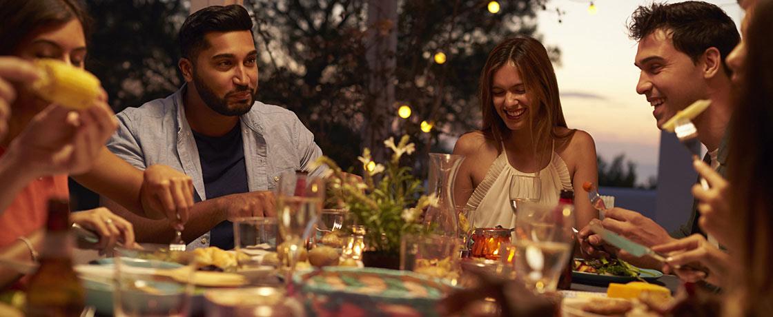 Abendessen mit Freunden im Garten