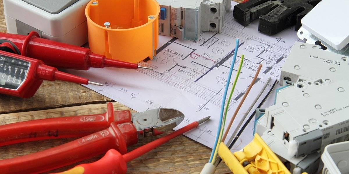 Baustelle mit Werkzeug und Schalter