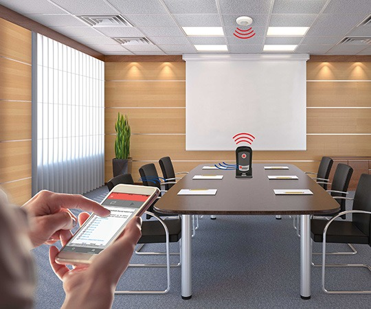 Bluetooth-Infrarot-Adapter in Konferenzraum